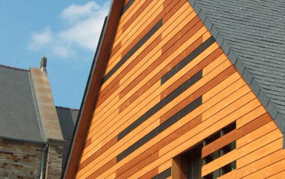 Bardage bois sur mesure pour habiller un bâtiment public à Pléchatel – (Bretagne – 35)